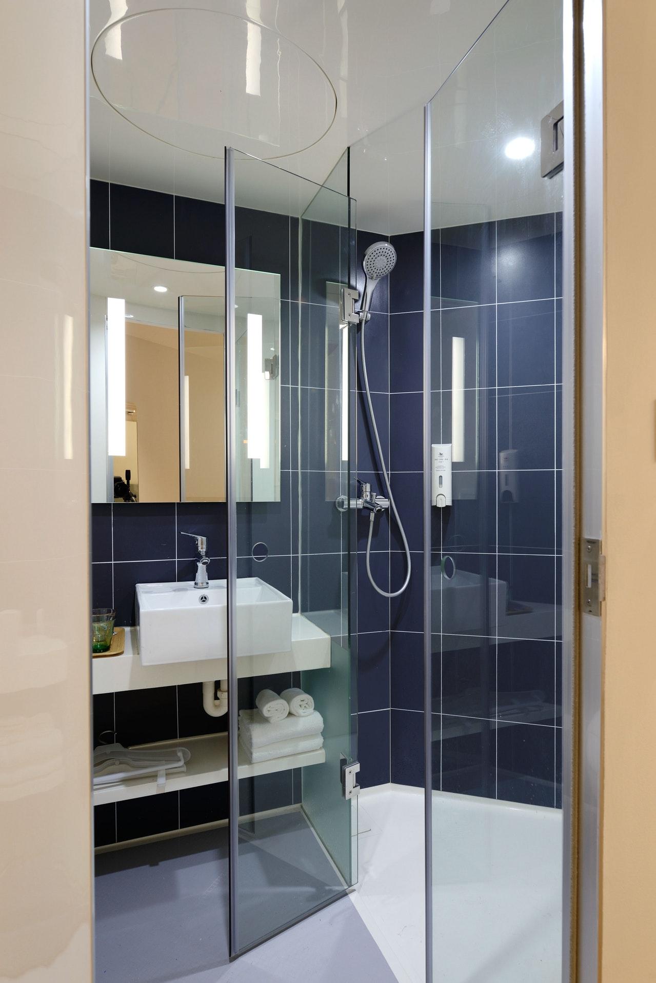 W jaki sposób skutecznie czyścić kabiny prysznicowe?