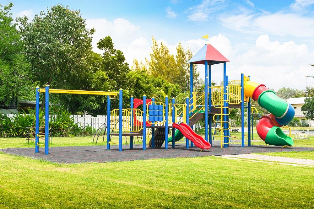 Jak ogrodzić zewnętrzny plac zabaw?