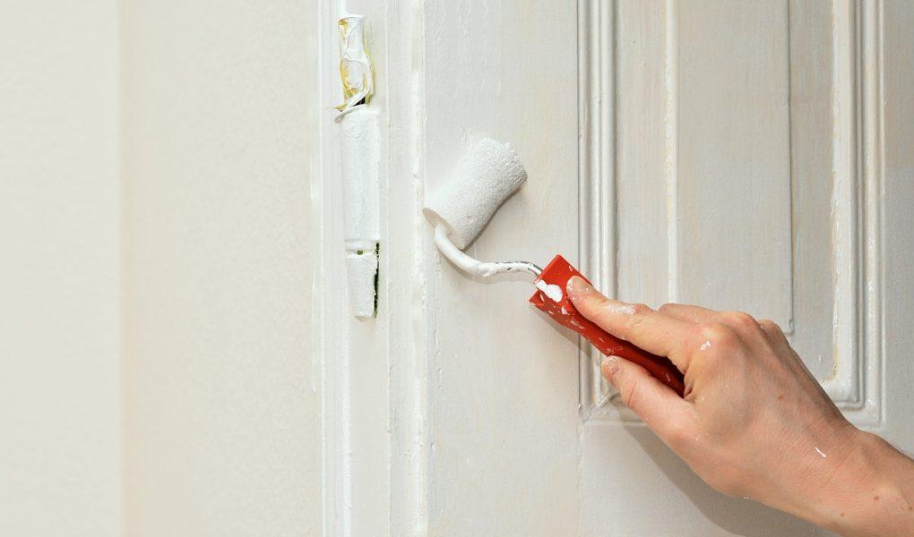 Przyklejanie rzeczy do ścian bez wiercenia